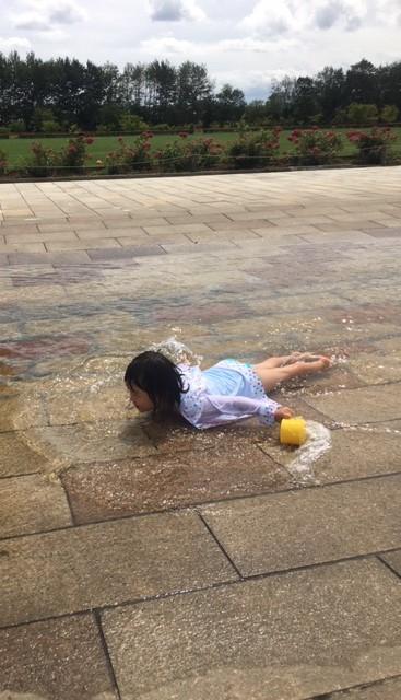 川下公園、水路で水遊び